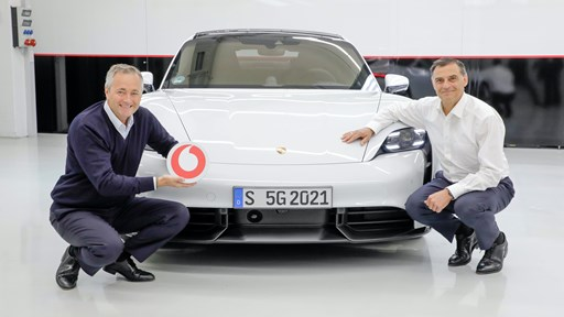Vodafone Germany CEO Hannes Ametsreiter (left) and Porsche Board Member for Development Michael Steiner activated the 5G standalone network in the Weissach development center. © Vodafone / Porsche