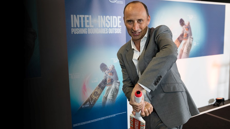 Former England cricket captain Nasser Hussain with the new IoT bat © Intel