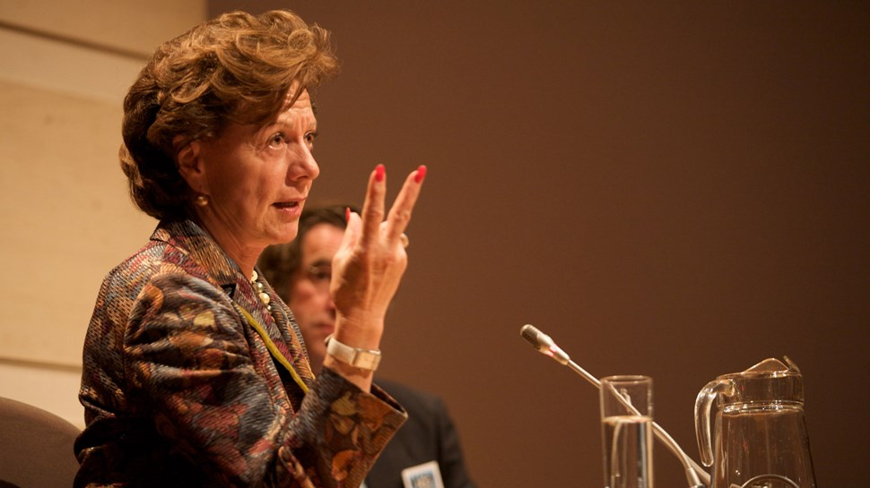neelie gives the fingers